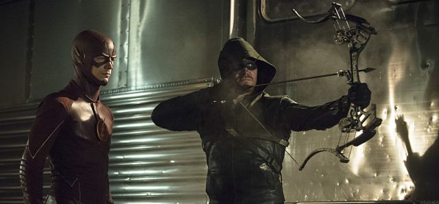 Stephen Amell Talks Arrow's Crossover Compatibility with Other DC Shows